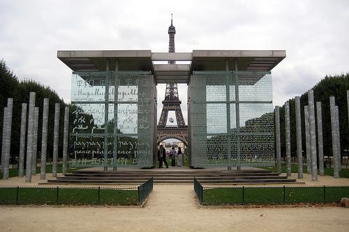 """Inaugurado el 30 de marzo 2000, el monumento de vidrio y metal que los franceses llaman """"Le mur de la paix"""", tiene """"la paz"""", escrita en 32 idiomas y 18 alfabetos"""