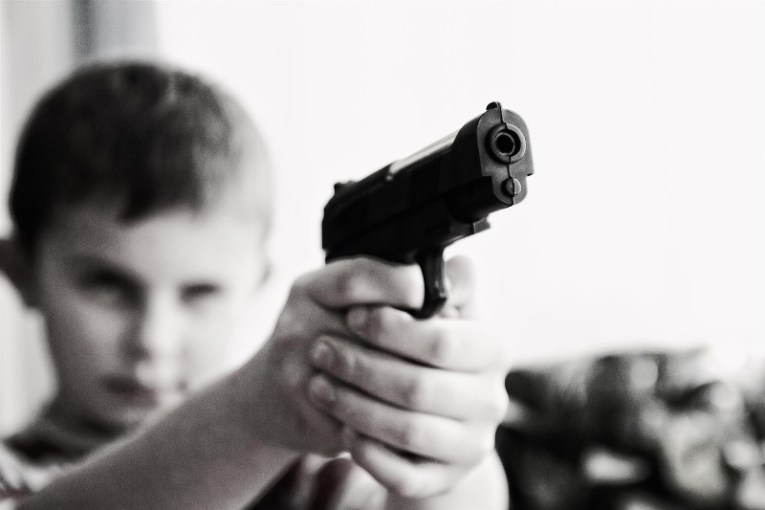 Niño delincuente con pistola