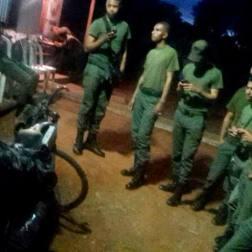 """""""Acá ya en las gloriosas tierras #Bolivarianas este grupo de amigos de la milicia, que me recibieron no podían creer mi travesía y todos miraban las fotos en facebook. Para hacerse amigos y seguir acompañando mi viaje"""""""