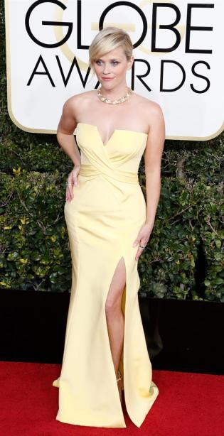 Reese Whiterspoon lo volvió a hacer. Hace diez años se puso un vestido amarillo para la gala de los Golden Globes y en esta ocasión repitió el color. Definitivamente, le sigue funcionando
