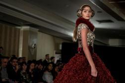 """Una modelo presenta creaciones del diseñador Nidal, el martes 14 de febrero de 2017, en la """"Uptown Fashion Week"""", el evento paralelo a la Semana de la Moda de Nueva York, en el barrio de Hell's Kitchen en Nueva York (EE.UU.)/ Foto: EFE"""