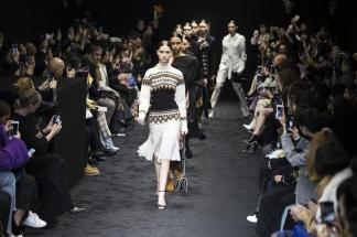 Modelos presentan una creación de la colección otoño-invierno 2017/2018 del diseñador Jonathan Anderson para Loewe durante la Semana de Moda de París, Francia, el 3 de marzo de 2017. La Semana de Moda de París se celebra del 28 de febrero al 7 de marzo/ Foto: EFE