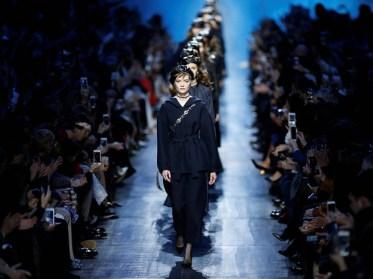 Modelos presentan una creación de la colección otoño-invierno 2017/2018 de la diseñadora Maria Grazia Chiuri para Dior durante la Semana de Moda de París, Francia, el 3 de marzo de 2017. La Semana de Moda de París se celebra del 28 de febrero al 7 de marzo/ Foto: EFE