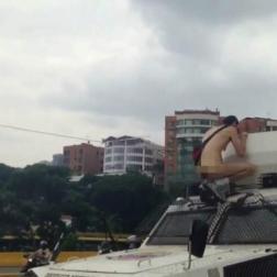 Logró subirse a la tanqueta de la GNB/ Foto: Captura