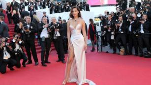 La modelo Bella Hadid en la alfombra roja del Festival de Cannes