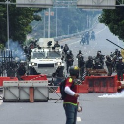 GNB se encuentra con barricada de manifestantes/Foto: Giancalo Corrado