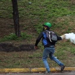 Manifestante devueklve lacrimogena a efectivos de GNB/Foto: Giancalo Corrado