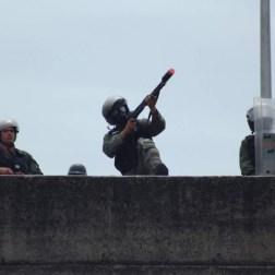 Efectivo de orden público lanza lacrimogena contra manifestantes/Foto: Giancalo Corrado