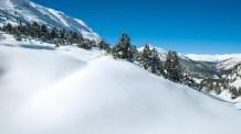 El primer parque nacional de los Alpes tiene ya más de cien años y sigue siendo uno de los espacios naturales más intactos de Europa. Emplazado en el extremo sudoriental de Suiza, tiene su centro de visitantes en la ciudad de Zernez. Sus 80 kilómetros de senderos recorren bosques, valles y picos donde viven especies protegidas como el lince, el oso y el quebrantahuesos/ Foto: My Switzerland
