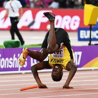 Bolt rompe en plena recta en su última carrera
