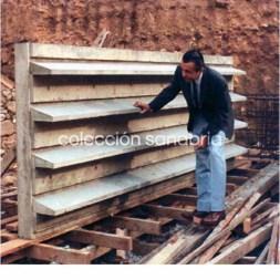 Sanabria revisando la primera muestra de las aletas térmicas para las fachadas Este y Oeste de la Torre Financiera del BCV, 1967