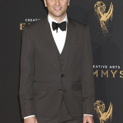 El actor galés Matthew Rhys posa a su llegada a la ceremonia de entrega de los premios Emmy a las Artes Creativas celebrada en Los Ángeles (