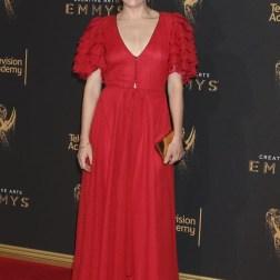 La actriz estadounidense Kathryn Hahn posa a su llegada a la ceremonia de entrega de los premios Emmy a las Artes Creativas celebrada en Los Ángeles