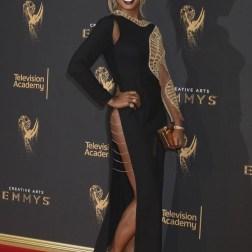 La actriz estadounidense Laverne Cox posa a su llegada a la ceremonia de entrega de los premios Emmy a las Artes Creativas celebrada en Los Ángeles