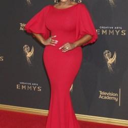 La actriz estadounidense Niecy Nash posa a su llegada a la ceremonia de entrega de los premios Emmy a las Artes Creativas celebrada en Los Ángeles