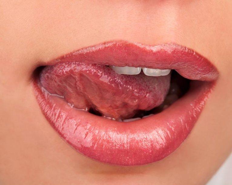 No te mojes los labios con saliva porque eso los daña