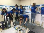 Voluntariado P&G acondicionando la sala de lectura del programa Nacer Aprendiendo de P&G