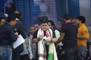 El exfutbolista argentino Diego Armando Maradona (i) saluda a sus seguidores durante un evento en Calcuta (India) / Foto: EFE