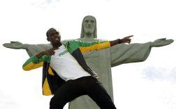 BRA01. RÍO DE JANEIRO (BRASIL), 23/10/2012.- El atleta jamaicano y medallista olímpico Usain Bolt visita el monumento del Cristo Redentor hoy, martes 23 de octubre de 2012, en la ciudad de Río de Janeiro (Brasil). EFE/Antonio Lacerda.