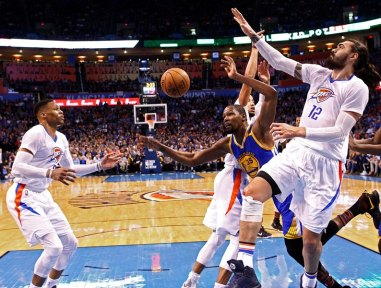 LWS115. Oklahoma City (United States), 12/02/2017.- Golden State Warriors player Kevin Durant (C) looses control of the ball against Oklahoma City Thunder players Steven Adams of New Zealand (R), Andre Roberson (C, back), and Russell Westbrook (L) in the first half of their NBA basketball game at Chesapeake Energy Arena in Oklahoma City, Oklahoma, USA, 11 February 2017. (Nueva Zelanda, Baloncesto, Estados Unidos) EFE/EPA/LARRY W. SMITH