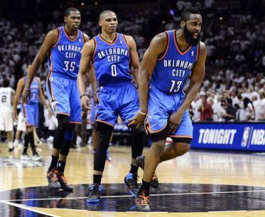 LWS12. SAN ANTONIO (EE.UU.), 04/06/2012.- El jugador de Oklahoma City Thunder,James Harden (c), reacciona tras una cesta con sus compañeros Kevin Durant (i) y Russell Westbrook (d) en el partido contra San Antonio Spurs hoy, lunes 4 de junio de 2012, durante un juego de las finales de la Conferencia Oeste de la NBA en el ATT Arena en San Antonio (EE.UU.). EFE/LARRY W. SMITH PROHIBIDO SU USO POR CORBIS