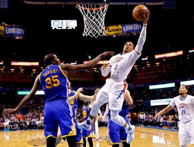 LWS132. Oklahoma City (United States), 11/02/2017.- Golden State Warriors player Kevin Durant (L) tries to block a shot against Oklahoma City Thunder player Russell Westbrook (R) in the second half of their NBA basketball game at Chesapeake Energy Arena in Oklahoma City, Oklahoma, USA, 11 February 2017. (Baloncesto, Estados Unidos) EFE/EPA/LARRY W. SMITH