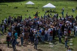 Un grupo de personas acompañan a familiares de José Díaz Pimentel y Abraham Agostini en la parcela donde ambos fueron enterrados hoy, sábado 20 de enero del 2018, en Caracas (Venezuela)/ Foto: EFE