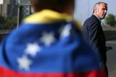 El senador chileno Felipe Kast acompaña la protesta en contra del Gobierno del presidente venezolano, Nicolás Maduro, de un grupo de ciudadanos venezolanos residentes en Chile a las afueras del hotel donde se realiza la reunión del Grupo de Lima hoy, martes 23 de enero de 2018, en Santiago (Chile)/ Foto: EFE