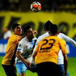 El jugador del Deportivo Táchira de Venezuela Romeri Villamizar (atrás) disputa el balón ante Roland Champang del equipo Macara de Ecuador hoy, viernes 26 de enero del 2018, durante un encuentro de la Copa Libertadores, en San Cristobal (Venezuela). EFE/JOHNNY ALEXANDER PARRA