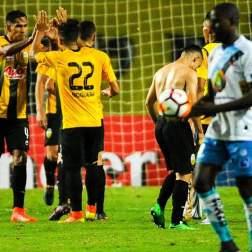 Los jugadores del Deportivo Táchira de Venezuela celebran la anotación de un gol hoy, viernes 26 de enero del 2018, durante un encuentro de la Copa Libertadores, en San Cristobal (Venezuela). EFE/JOHNNY ALEXANDER PARRA