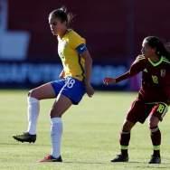 La jugadora Ana Victoria (i) de Brasil disputa un balón con Jeismar Cabeza (d) de Venezuela hoy, domingo 28 de enero del 2018, en Ambato (Ecuador), durante el encuentro por el Sudamericano Sub 20 Femenino. EFE/José Jácome