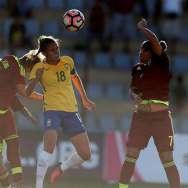 La jugadora Ana Victoria (c) de Brasil disputa un balón con Daniuska Rodriguez (d) y Sandra Luzardo (i) de Venezuela hoy, domingo 28 de enero del 2018, en Ambato (Ecuador), durante el encuentro por el Sudamericano Sub 20 Femenino. EFE/José Jácome