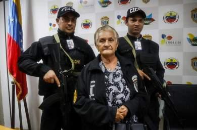 Ana Soto, madre del 'grandesligas' venezolano Elías Díaz (c-i), y de Eminson Soto (d), se sienta hoy, lunes 12 de febrero de 2018, en la sede principal del Cuerpo de Investigaciones Científicas, Penales y Criminalísticas (Cicpc) en Maracaibo (Venezuela) Foto EFE