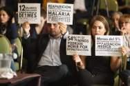 """Asistentes a la audiencia pública """"Derecho a la alimentación y a la salud de Venezuela"""", organizada por la Comisión Interamericana de Derechos Humanos (CIDH), protestan contra el Gobierno de Caracas hoy, 27 de febrero de 2018, en Bogotá (Colombia)/ Foto: EFE"""