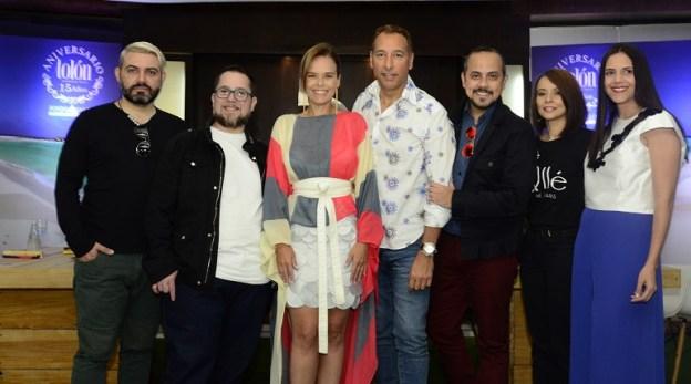 Gerardina Russo, gerente de Mercadeo de Tolón Fashion Mall y el equipo del desfile Tolón Sun and Fashion