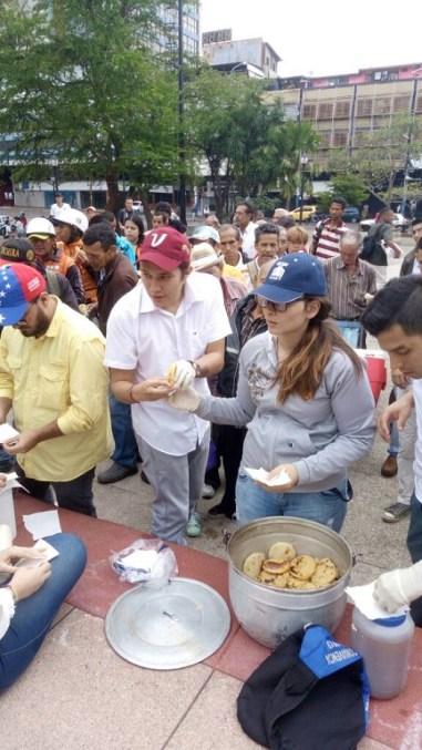Jovenes celebran dia de la juventud repartiendo comida en Tachira 4