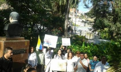 Con pancarta en mano salieron los médicos en Valera
