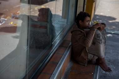 Fotografía del 3 de marzo de 2018 de un adolescente en la entrada de una panadería en Caracas (Venezuela) Foto EFE