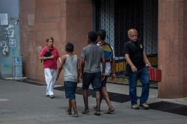 Fotografía del 3 de marzo de 2018 de niños caminando en un calle de Caracas (Venezuela). Foto EFE