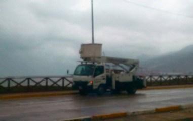 Cuadrillas de Corpoelec monitorean cableado en puntos afectados por falla eléctrica. Foto: R.Nuñez