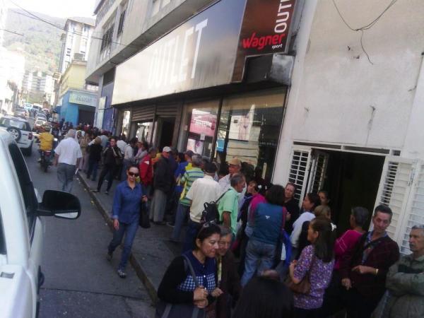 En todos los bancos de Mérida se reportaron colas de centenares de adultos mayor a la espera del pago de la pensión / Foto: Jesús Quintero Quiroz