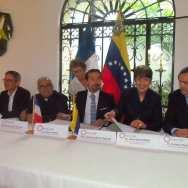 Momento en el que todos los rectores de las universidades venezolanas y francesas firman el convenio Red Marcel Roche