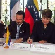 El embajador Romain Nadal junto a la rectora de la UCV, Cecilia García Arocha, durante la firma de RMR