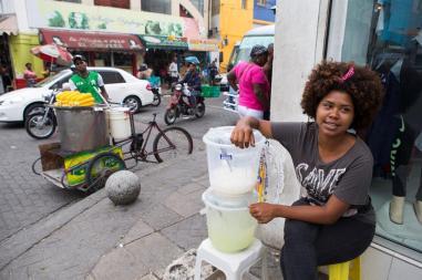 La venezolana Leonela, de 20 años, vende jugos en una calle el pasado viernes, 27 de julio de 2018, en Santo Domingo (República Dominicana)/ Foto: EFE