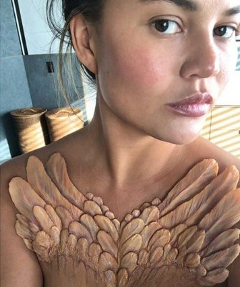 Chrissy Teigen, diseño: The Black Swan emerges / Foto: Imstagram Proyecto A. Human