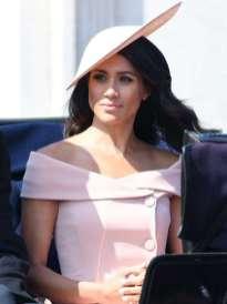 Para la fiesta Trooping the colours en Londres junto a toda la familia real británica, La Duquesa de Sussex sorprendió con un outfit de dos piezas de Carolina Hererra en color rosa