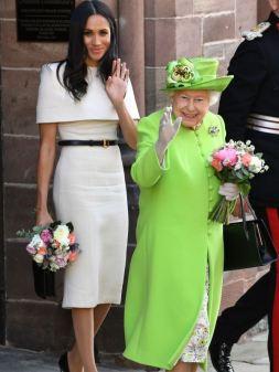 Para un evento en Chester junto a la Reina Isabel II, La Duquesa de Sussex uso un vestido de Givenchy
