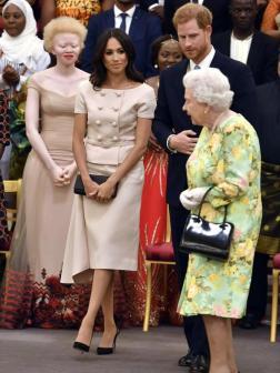 Para una recepción junto a la Reina Isabel II eligió un traje de Prada de dos piezas con chaqueta de manga corta y grandes botones