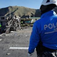 Cuerpos de emergencia trabajan en el lugar del accidente de un autobús de pasajeros hoy, 14 de agosto de 2018, en la carretera andina que une Quito con la zona de Papallacta en Palugo (Ecuador)/ Foto: EFE