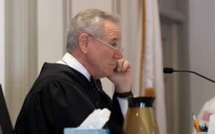 El juez Thomas Barrett escucha al actor Kevin Spacey mientras comparece a un juicio ante el tribunal de Nantucket, Estados Unidos. Foto: EFE